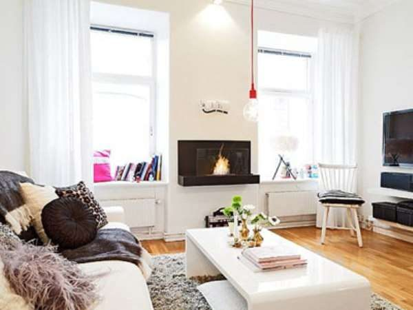 гостиная с двумя окнами в скандинавском стиле