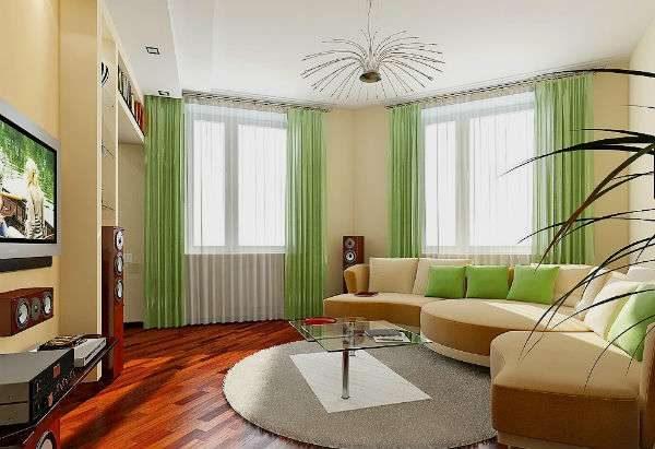 гостиная с двумя окнами с зелёными акцентами