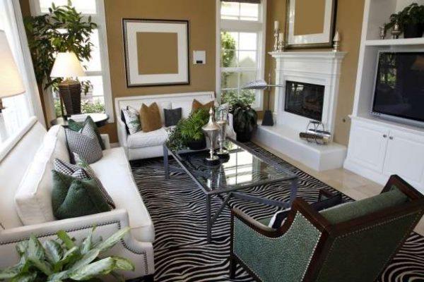 гостиная с двумя окнами и мебель белая