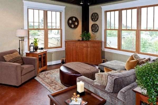 интерьер гостиной с двумя окнами по разные стороны