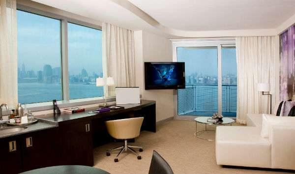 интерьер гостиной с двумя окнами совмещённой с рабочим кабинетом