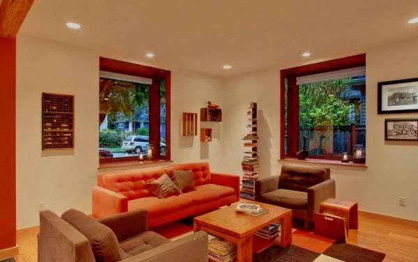 интерьер красной гостиной с двумя окнами