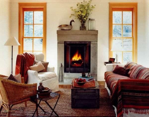 интерьер гостиной с двумя окнами и камином