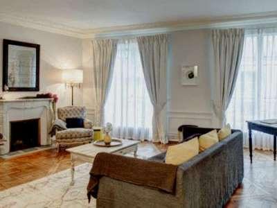 уютный интерьер гостиной с двумя окнами