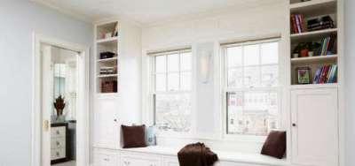 белый интерьер гостиной с двумя окнами