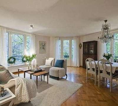 интерьер гостиной с двумя окнами в бело-голубых тонах