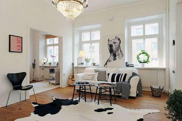 скандинавский интерьер гостиной с двумя окнами