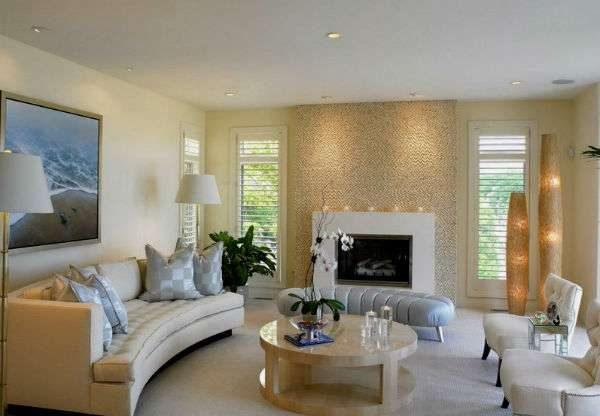 светлый интерьер гостиной с двумя окнами