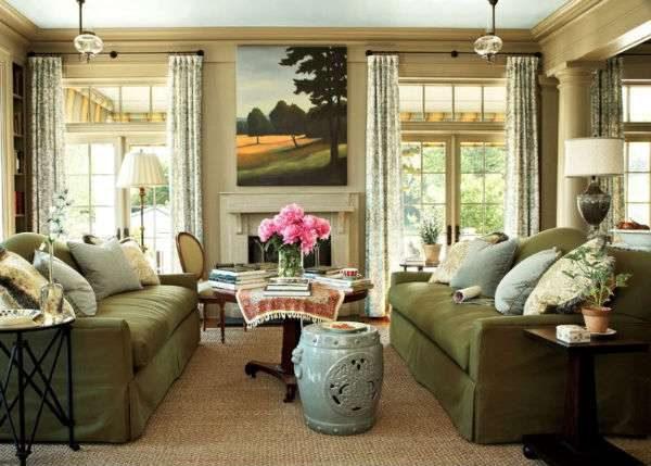 гостиная с двумя окнами с мебелью