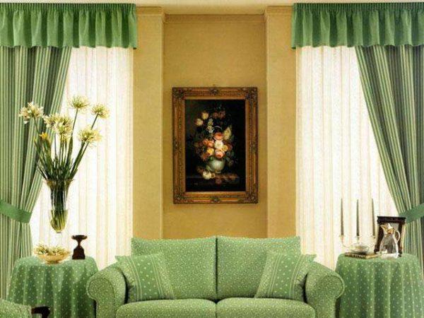 зелёный в интерьере гостиной с двумя окнами