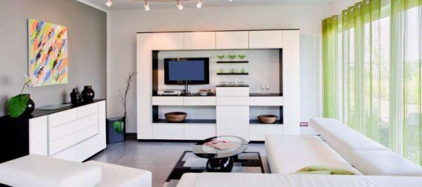 современный интерьер гостиной с двумя окнами