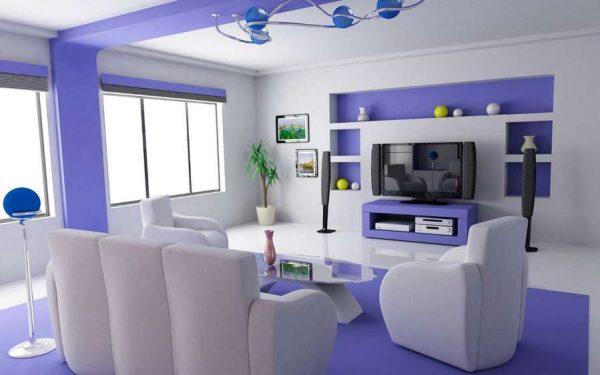 фиолетовый в интерьере гостиной с двумя окнами