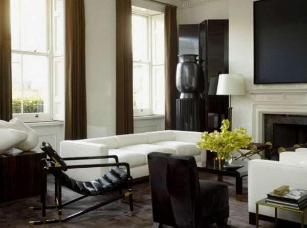 интерьер гостиной с высокими потолками и двумя окнами