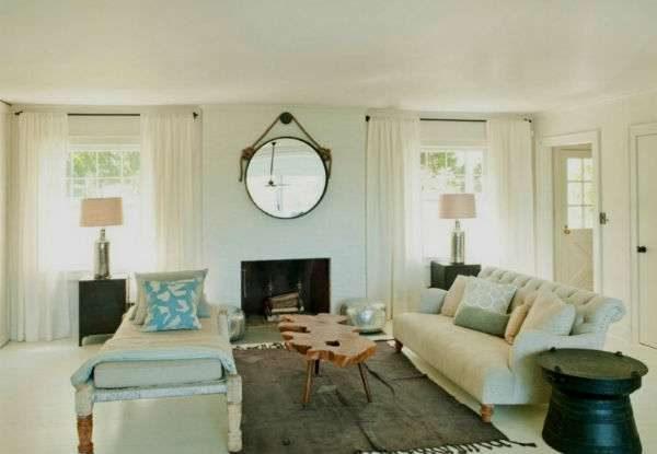 интерьер гостиной с двумя окнами с зеркалом