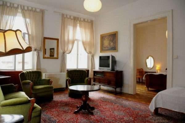 роскошный ковёр в интерьере гостиной с двумя окнами