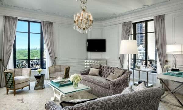 серый интерьер гостиной с двумя окнами