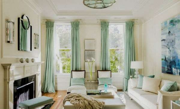 гостиная с двумя окнами с камином и диваном