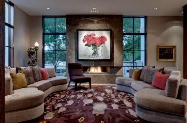гостиная с двумя окнами и мягкая мебель