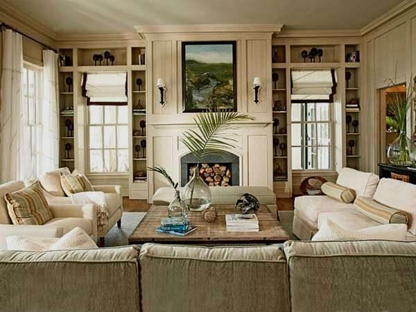 гостиная с двумя окнами с камином