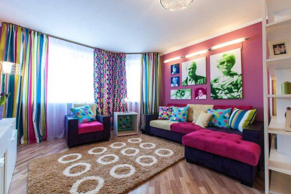 гостиная 16 кв. метров с угловым ярким диваном