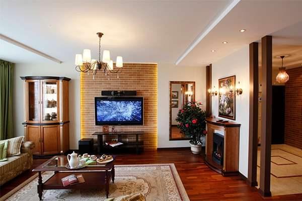 журнальный столик из дерева в интерьере гостиной 20 кв. метров