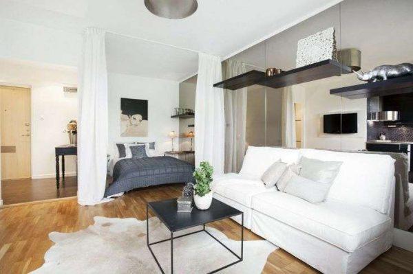 белый диван в интерьере спальни-гостиной