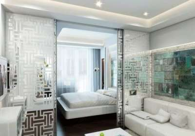 светлый интерьер небольшой спальни гостиной