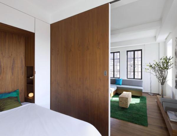 деревянная перегородка в интерьере спальни гостиной