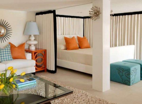 штора в качестве перегородки в интерьере спальни гостиной