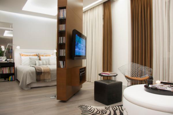 перегородка с телевизором в интерьере спальни гостиной