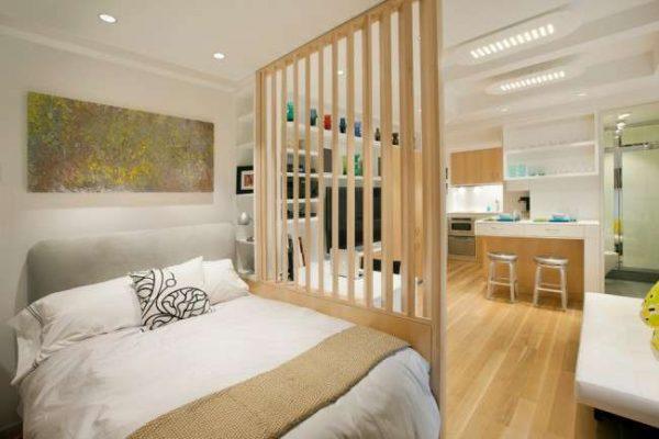 перегородка из дерева в интерьере спальни гостиной