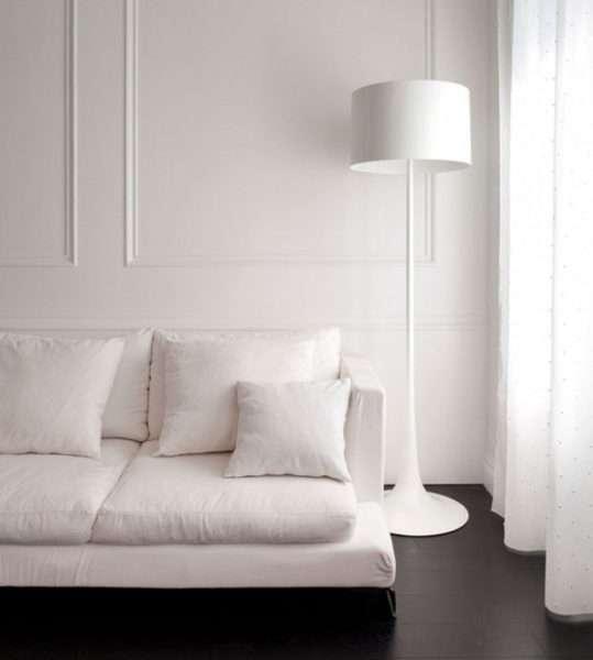 Интерьер гостиной просто и со вкусом в белом цвете