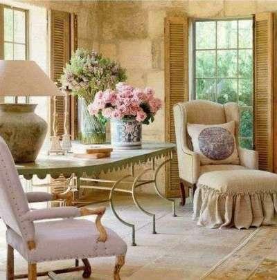 Интерьер гостиной в стиле прованс с цветами