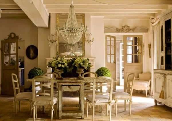 в интерьере гостиной в стиле прованс хрустальная люстра и цветы