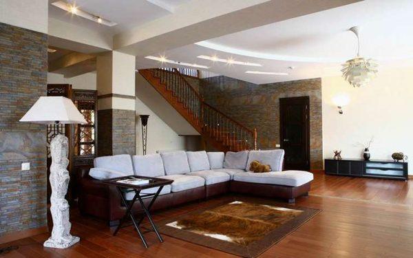 лестница с поворотом в интерьере гостиной
