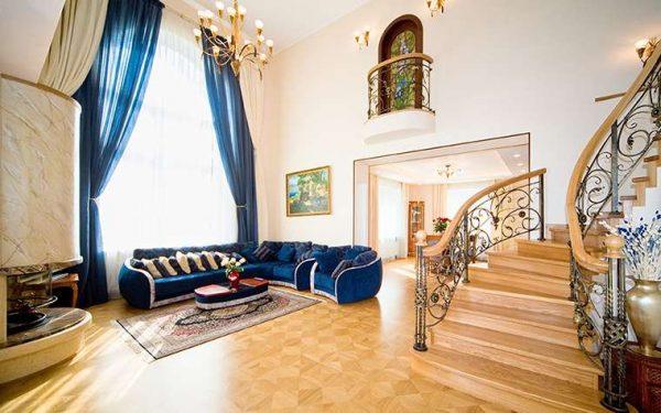лестница в интерьере гостиной в классическом стиле
