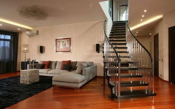 лестница на стальных прутьях в интерьере гостиной