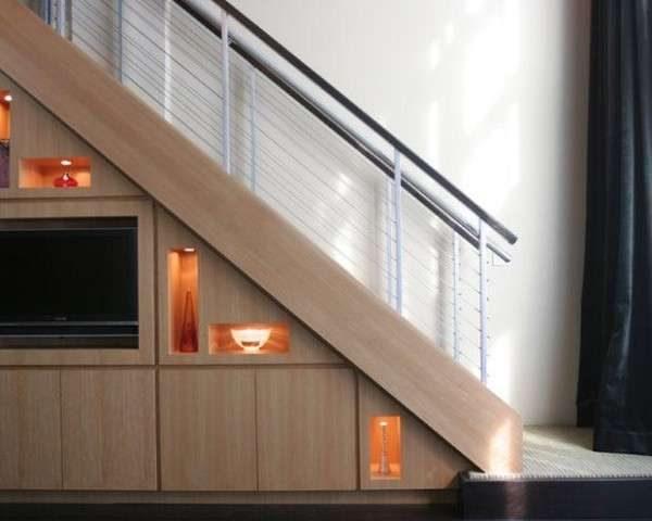 обустройство зоны отдыха под лестницей в интерьере гостиной