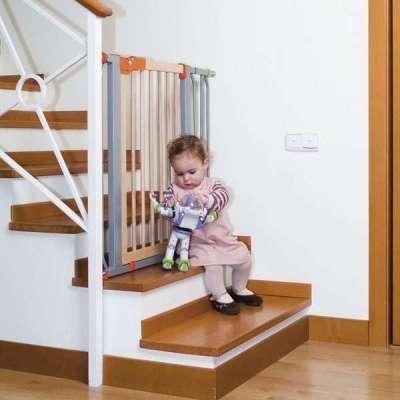 защита для детей на лестнице в интерьере гостиной