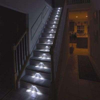 подсветка на лестнице в интерьере гостиной