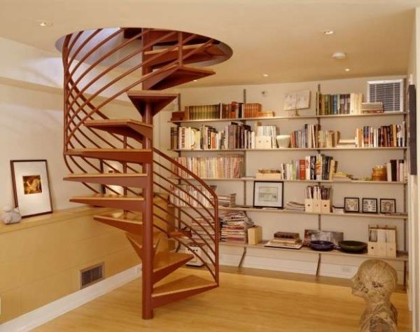 винтовая лестница из дерева в интерьере гостиной
