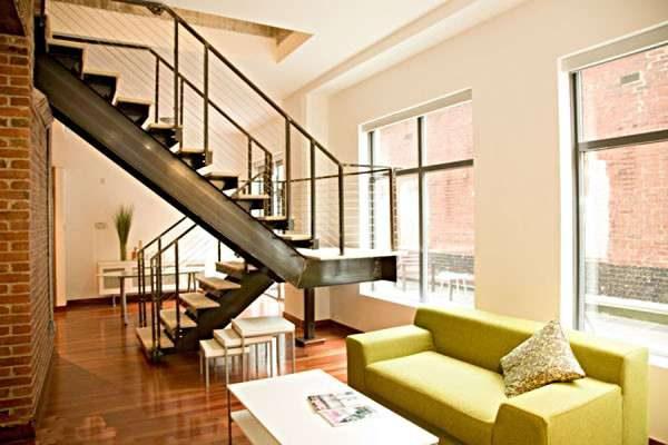 двухмаршевая лестница по центру гостиной