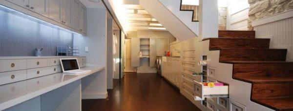 лестница без поручней в интерьере гостиной