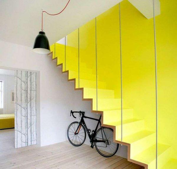 место под лестницей в гостиной для велосипедов