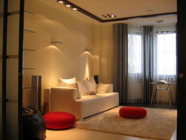 кремовый диван в интерьере гостиной спальни 18 кв. метров