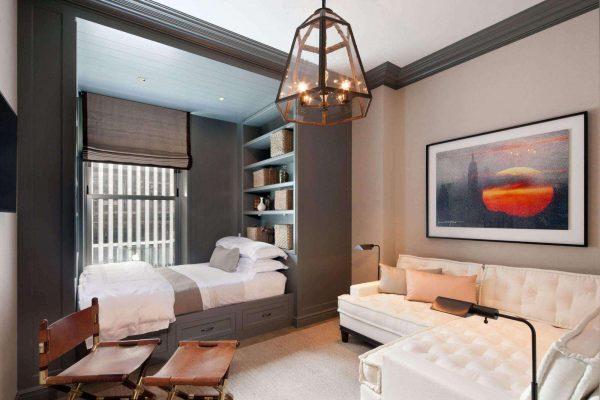 выделенная спальная зона в интерьере гостиной спальни 18 кв. метров
