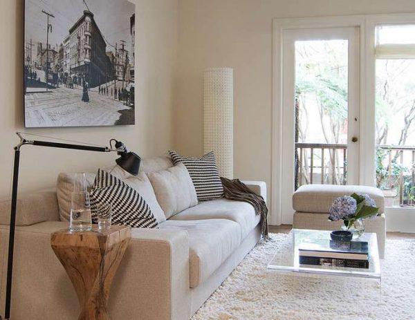 расположение дивана с симметричными одинаковыми тумбами по обе стороны