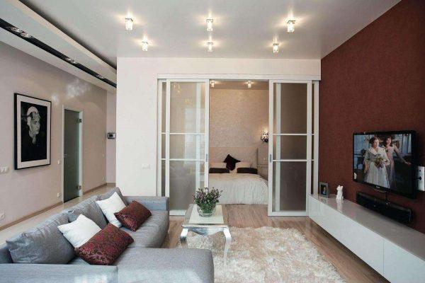 раздвижные двери в интерьере гостиной спальни 18 кв. метров