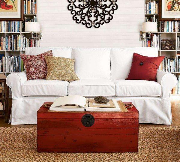 белый диван в интерьере гостиной спальни 18 кв. метров