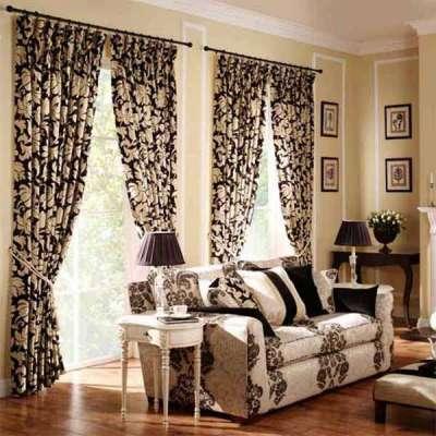 шторы в интерьере гостиной в английском стиле